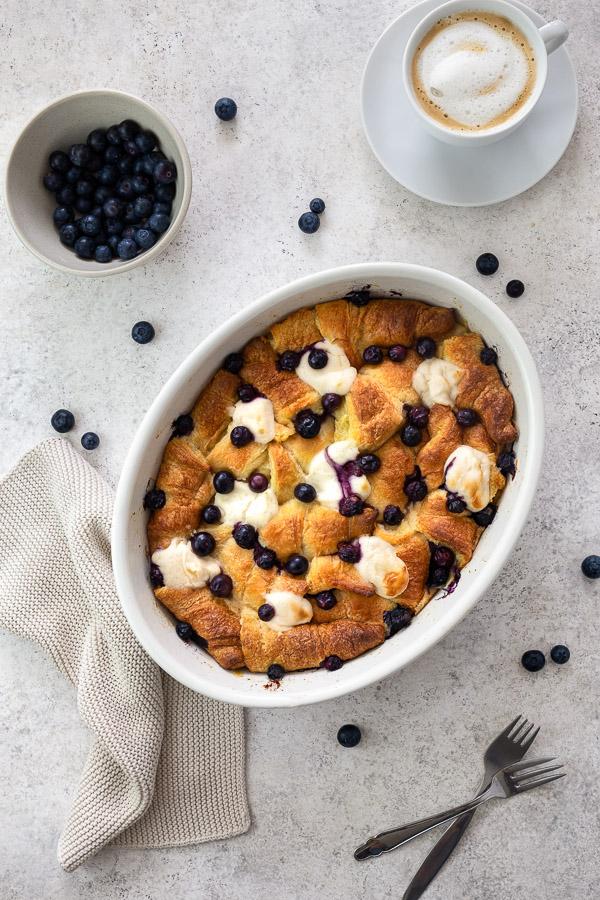 Blaubeer-Croissant-Frühstücksauflauf in einer weissen ovalen Auflaufform