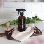 DIY-Glasreiniger in einer braunen Glasflaschen auf einer Küchentheke